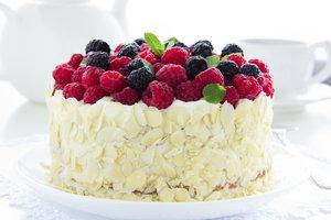 Eine Kokosnuss-Creme-Torte können Sie nach Wunsch verzieren.