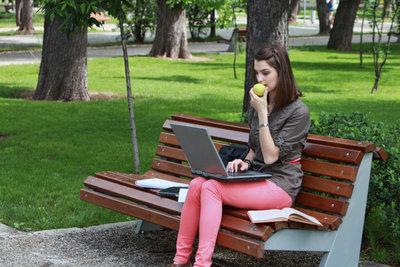 Unterwegs können Sie über Ihr Handy mit dem Laptop ins Internet.