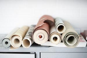 Achten Sie beim Tapezieren auf das Material der Tapeten.