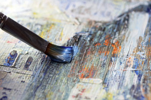 Die richtigen Pinsel sind essenziell für das Malen auf Leinwänden.
