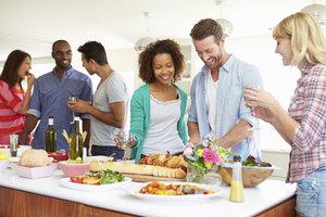 Eine Tupperwareparty ist meist auch eine Art Hausparty mit Freunden.