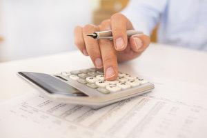 Das Arbeitsverhältnis kann durch die Kündigung wegen Rente oder den Aufhebungsvertrag enden.