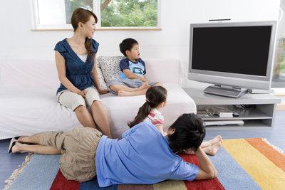 Schauen Sie sich mit Ihrem Kind gemeinsam Werbung an und reden Sie anschließend darüber.