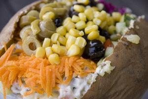 Kartoffel, Käse und Rohkost bilden die Grundlage von Kumpir.