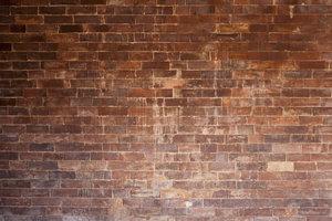 Altes Mauerwerk kann durch einen Sanierputz gut vor Feuchtigkeit geschützt werden.