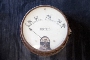 Mit einem Amperemeter können Sie die Stromstärke messen.