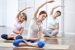 Im Yoga trainieren Sie die Muskeln der Körpermitte.