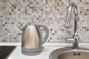 Plexiglas ist in Küchen kein Ersatz für einen Fliesenspiegel.