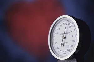 Den Blutdruck können Sie mit einem Messgerät zu Hause selbst überwachen.