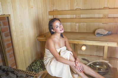 Erst duschen, dann in die Sauna und anschließen richtig abkühlen.