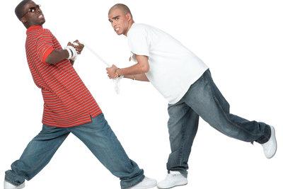 Weiße Shirts und Baggy Pants sind Teil des Gangsta-Style.