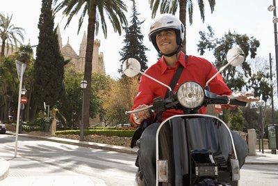 Üben Sie mit dem Roller auf einem ruhigen Platz, bevor Sie auf der Straße fahren.