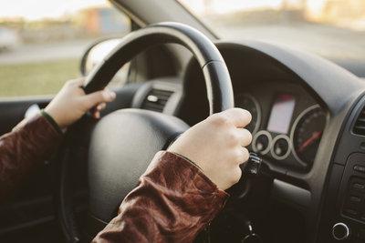 Die praktische Fahrprüfung kann technische Fragen beinhalten.