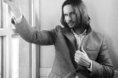 Männer mit langem Haar ziehen die Aufmerksamkeit auf sich.