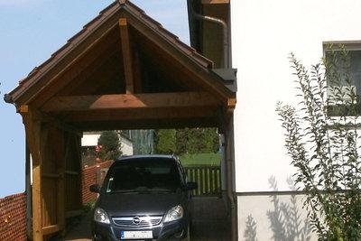 Beim angebauten Carport mit Giebeldach, muss auf die Entwässerung an der Hauswand geachtet werden.