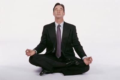 Eine kurze Meditation oder Autogenes Training ist auch am Arbeitsplatz möglich.