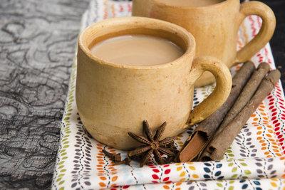 Yogitee mit Milch und Zucker ist eine beruhigende, wärmende Köstlichkeit.