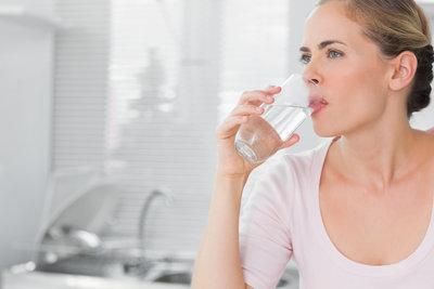 Das Trinken von Wasser erhöht den Energieumsatz und damit den Kalorienverbrauch.