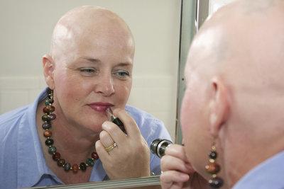 Schminktipps helfen manchen Frauen, sich nach einer Chemotherapie besser zu fühlen.