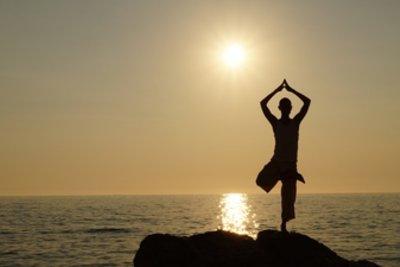 Die Yogastellung Baum eignet sich gut für Gleichgewichtstraining.