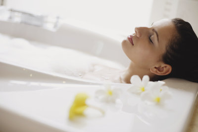 Ein entspannendes Bad hilft bei verspannten Muskeln.