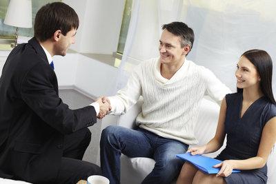 Versicherungskaufleute im Außendienst leben von der Nähe zum Kunden.