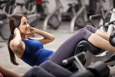 Crunches trainieren die obere Bauchmuskulatur.