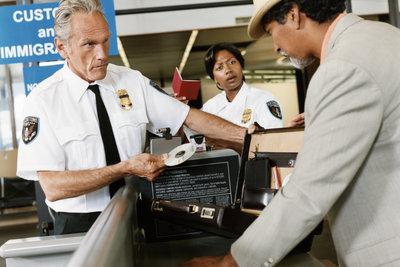 Zollgebühren werden mitunter nach der Landung auf dem Flughafen fällig.