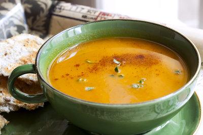 Kokos-Kürbissuppe wärmt im Herbst.