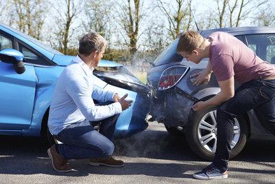 Der Verschuldensanteil bestimmt die Haftungsverteilung bei Unfällen mit Firmenwagen.