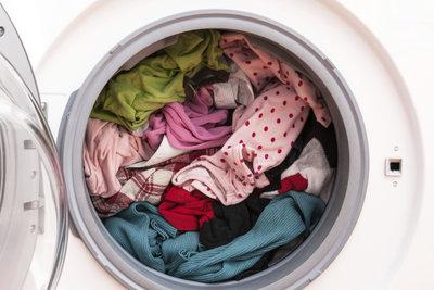 Um weiße Linien auf der Wäsche zu vermeiden, sollten Sie die Waschmaschine nicht zu voll füllen.