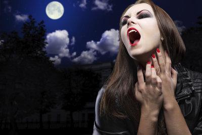 Am Ende des Films sucht die Hexe Kendra ein neues Opfer