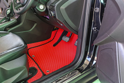 Die Schmutzfangmatte schützt den Autoteppich und sollte regelmäßig gereinigt werden.