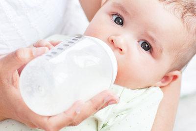 Babys mit Durchfall brauchen viel Flüssigkeit.