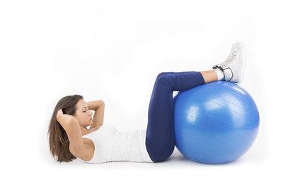 Kraftübungen und gezielter Muskelaufbau mit einem Pezziball.