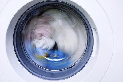 Reduzieren Sie die Schleudertouren, wenn Sie die Jacke waschen.