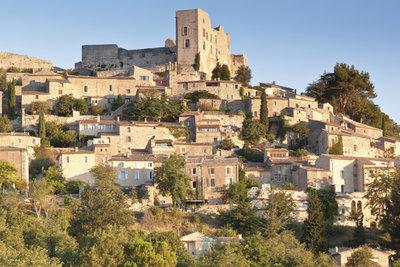 Das Schloss oben im Bild war die Bleibe des Marquis in La Coste, Frankreich.