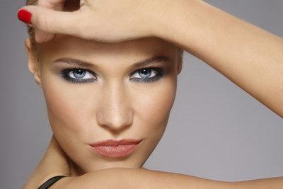 Mit Smokey Eyes, heller Foundation und dezent geschminkten Lippen wirken schmale Züge weiblicher.