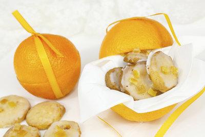 Die Orangen-Plätzchen sind die fruchtigen Stars auf dem Plätzchenteller.
