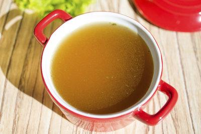 Kochen Sie die Bouillon in größeren Mengen zum Einfrieren.