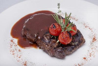 Dunkle Sauce gibt rotem Fleisch die richtige Würze.