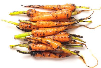 Für karamellisierte Karotten verwenden Sie am besten kleine Bundmöhren.