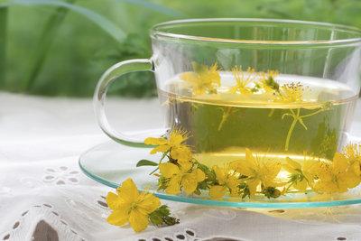 Johanniskraut ist leicht als Tee zubereitet.