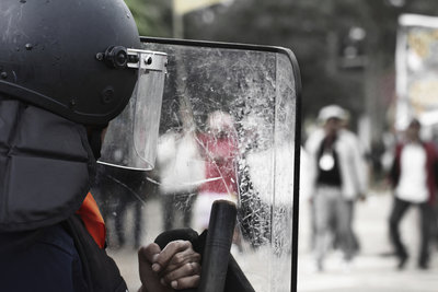 Beamte von der BFE tragen eine spezielle Schutzausrüstung.