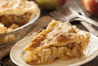 Gedeckter Apfelkuchen ist ein Genuss.