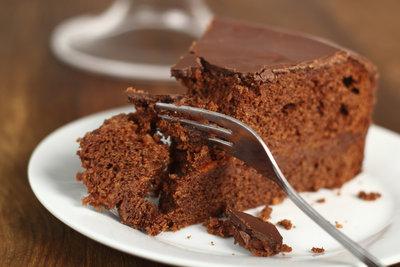 Ein Schokoladenkuchen schmeckt erst gut, wenn er locker und saftig ist.