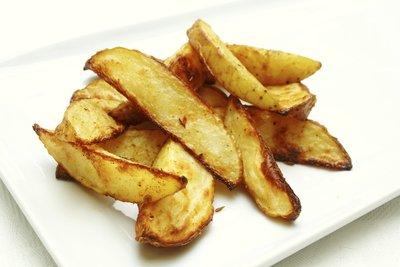 Selbst gemachte Kartoffelecken sind eine tolle Beilage zu vielen Gerichten.