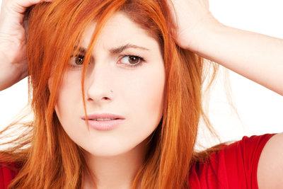 Orange Haare entstehen meist durch zu kurz einwirkende Blondierung.
