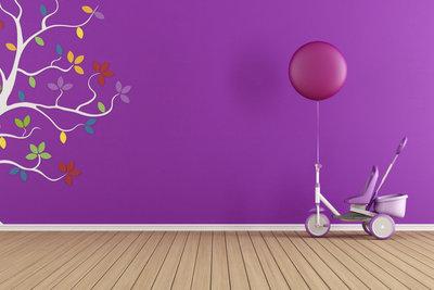 Die Wandgestaltung im Kinderzimmer sollte kreativ und freundlich sein.