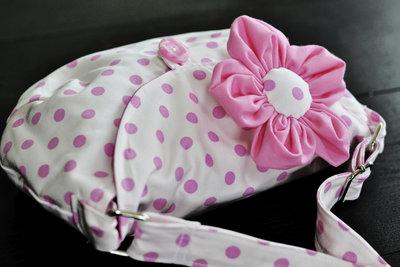 Schmücken Sie mit bezaubernden Stoffblüten Ihre Handtaschen.